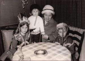 1966 год. Анн Голон с детьми. Слева направо Надин, Марина и Пьер